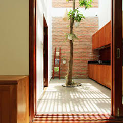 Mẫu Thiết Kế Nhà Ống 3 Tầng Mặt Tiền 5m Hướng Tây Chắn Nắng:  Tủ bếp by Công ty TNHH Xây Dựng TM – DV Song Phát,