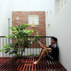Mẫu Thiết Kế Nhà Ống 3 Tầng Mặt Tiền 5m Hướng Tây Chắn Nắng:  Hành lang by Công ty TNHH Xây Dựng TM – DV Song Phát