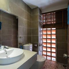 Gạch lỗ giúp ánh sáng và không khí được lưu thông tốt hơn.:  Phòng tắm by Công ty TNHH Thiết Kế Xây Dựng Song Phát