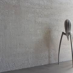 Decorazione materica a parete: Cucina attrezzata in stile  di EVOLUZIONE sc