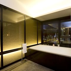 The Harbour Side:  Bathroom by Clifton Leung Design Workshop
