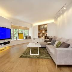 Tregunter Tower:  Living room by Clifton Leung Design Workshop