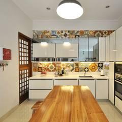Rumah, studio, galeri, dapur: Unit dapur oleh Gursiji studio & galeri, Eklektik Ubin