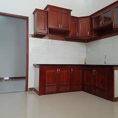Nhà Ống 2 Tầng Mái Thái 95m2 Thiết Kế Rộng Rãi:  Tủ bếp by Công ty TNHH TK XD Song Phát,