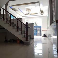 Nhà Ống 2 Tầng Mái Thái 95m2 Thiết Kế Rộng Rãi:  Hành lang by Công ty TNHH Thiết Kế Xây Dựng Song Phát