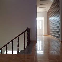 Nhà Ống 2 Tầng Mái Thái 95m2 Thiết Kế Rộng Rãi:  Hành lang by Công ty TNHH TK XD Song Phát