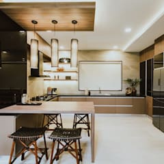 II House:  Kitchen by Living Innovations Design Unlimited, Inc.