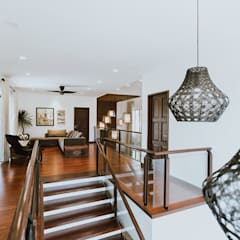 Escaleras de estilo  por Living Innovations Design Unlimited, Inc.
