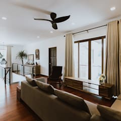 II House:  Living room by Living Innovations Design Unlimited, Inc.