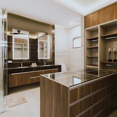 II House:  Bathroom by Living Innovations Design Unlimited, Inc.