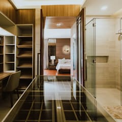II House:  Dressing room by Living Innovations Design Unlimited, Inc.,