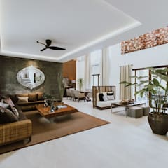 II House:  Living room by Living Innovations Design Unlimited, Inc.,