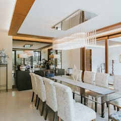 D House:  Dining room by Living Innovations Design Unlimited, Inc.