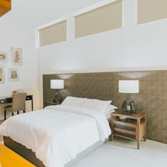 D House:  Bedroom by Living Innovations Design Unlimited, Inc.
