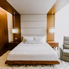 RT House:  Bedroom by Living Innovations Design Unlimited, Inc.