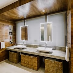 RT House:  Bathroom by Living Innovations Design Unlimited, Inc.