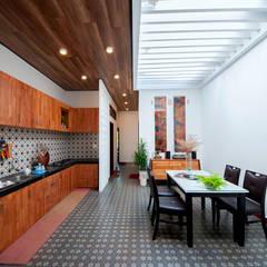 Ngôi Nhà Biến Đổi Bất Ngờ Sau Khi Được Cải Tạo Chỉ Với 350 Triệu:  Tủ bếp by Công ty TNHH Xây Dựng TM – DV Song Phát