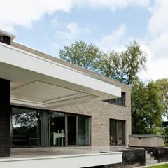 Achteraanzicht terras:  Terras door BB architecten