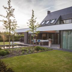 Achteraanzicht tuin:  Eengezinswoning door BB architecten