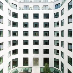 La agencia Naud & Poux, rehabilita con KRION la fachada Cour Amsterdam en el centro histórico de Paris: Bungalows de estilo  de KRION® Porcelanosa Solid Surface