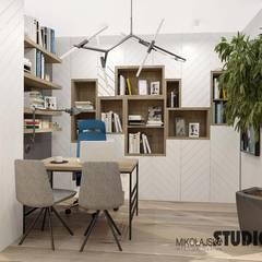 przytulny gabinet z półkami: styl , w kategorii Domowe biuro i gabinet zaprojektowany przez MIKOŁAJSKAstudio