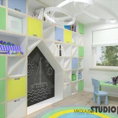 pokój chłopca w radosnych barwach: styl , w kategorii Pokój dla chłopca zaprojektowany przez MIKOŁAJSKAstudio