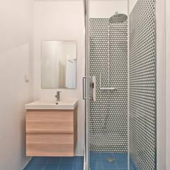 Apartamento Odivelas : Casas de banho  por menta, creative architecture