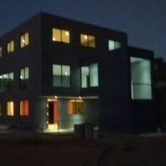 Nave Industrial Laser Lago: Salas multimedia de estilo industrial por CESAR MONCADA S