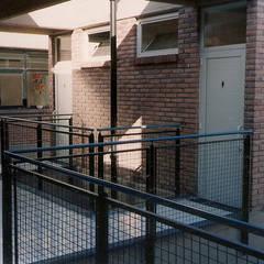Sarmiento School: Escuelas de estilo  por Estudio D3B Arquitectos