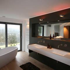 Vorwandelement mit Ablage:  Badezimmer von Axel Fröhlich GmbH