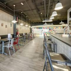 MOKA CAFE: Bares y Clubs de estilo  de MisterWils - Decoración Vintage