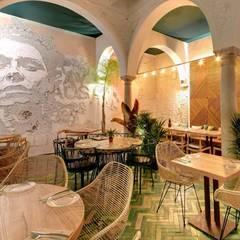 LOBO LOPEZ : Bares y Clubs de estilo  de DECORACION VINTAGE S.L.