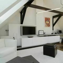 Dachgeschossneubau in denkmalgeschützter Bausubstanz:  Multimedia-Raum von schüller.innenarchitektur