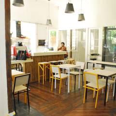 Monky Coffee: Comedores de estilo  por Viga Arqutiectos