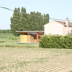 Vista Dalla Strada: Casa di campagna in stile  di Massimo Berto Architetto