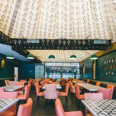 Restaurant, Jubilee Hills:  Bars & clubs by Saloni Narayankar Interiors