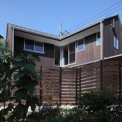 南東面外観: 芦田成人建築設計事務所が手掛けた木造住宅です。
