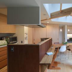 ヘノ字に暮らす: 芦田成人建築設計事務所が手掛けたシステムキッチンです。