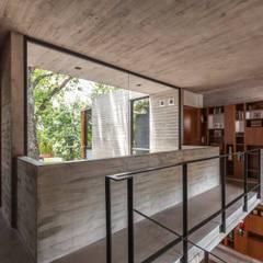 Casa Aranzazu: Pasillos y recibidores de estilo  por Besonías Almeida arquitectos