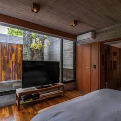 Casa Aranzazu: Dormitorios de estilo  por Besonías Almeida arquitectos
