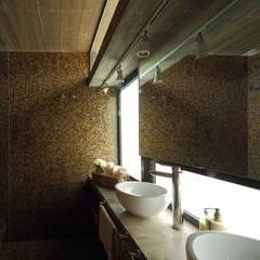 Casa S & S: Baños de estilo  por Besonías Almeida arquitectos