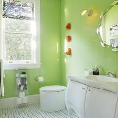 Vẫn là tông màu trắng kế hợp xanh lá cây chủ đạo.:  Phòng tắm by Công ty TNHH Thiết Kế Xây Dựng Song Phát