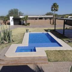 minimalistisch Zwembad door Acrópolis Arquitectura