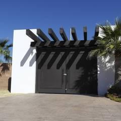 RESIDENCIA MOA2: Puertas de estilo  por Acrópolis Arquitectura, Minimalista