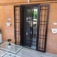 Puertas principales de estilo  por Gruppo Infissi