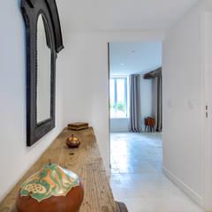 Longère: Couloir et hall d'entrée de style  par blackStones