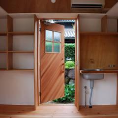 児島の小さなアトリエ Tiny atelier: 丸菱建築計画事務所 MALUBISHI ARCHITECTSが手掛けたドアです。,モダン 木 木目調