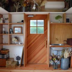 児島の小さなアトリエ Tiny atelier: 丸菱建築計画事務所 MALUBISHI ARCHITECTSが手掛けたドアです。