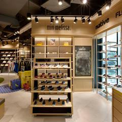 Wilio Kids Sportwear: Ruang Komersial oleh High Street, Industrial Kayu Wood effect