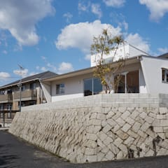 高台に建つ家: toki Architect design officeが手掛けた庭です。